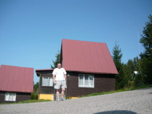 Franta stojí před chatou